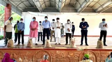ঝিনাইদহে কর্মহীন শ্রমিকদের মাঝে বিতরণ করা হয়েছে প্রধানমন্ত্রীর উপহার