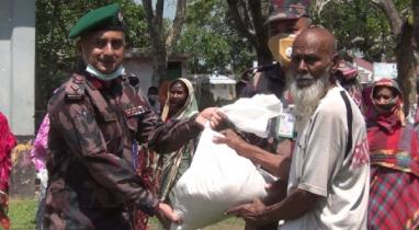 পলাশপুরে কর্মহীন মানুষের মাঝে খাদ্য সহায়তা প্রদান করেছে বিজিবি